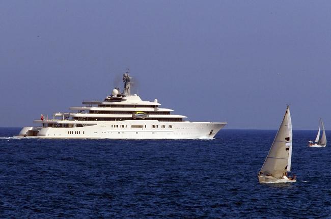 &lt;p&gt;Eclipse &amp;mdash; одна из четырех принадлежащих Роману Абрамовичу и крупнейшая в мире частная яхта: ее длина составляет 162,5 м, а проектировалась и строилась она&amp;nbsp;пять лет. Корабль Абрамовича оборудован двумя вертолетными площадками и 16-метровым бассейном. Построена яхта немецкой компанией Blohm &amp;amp; Voss, которая в 1939 году занималась постройкой знаменитого линкора Кригсмарине &amp;laquo;Бисмарк&amp;raquo;.&lt;/p&gt;<br />