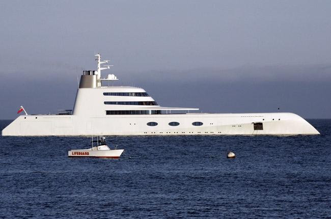 &lt;p&gt;Максимальная скорость яхты, построенной в 2008 году немецкой верфью Blohm &amp;amp; Voss и проданной за $300 млн, &amp;mdash; 23 узла (42,5 км/ч), а крейсерская &amp;mdash; 19,5 узлов (36 км/ч). Площадь жилых помещений на этом судне достигает 2200 кв. м, из которых девятая часть приходится на личные апартаменты хозяина яхты. Стоимость годового обслуживания &amp;mdash; $20 млн, стоимость полной заправки топливом &amp;mdash; $500 000.&lt;/p&gt;<br />
