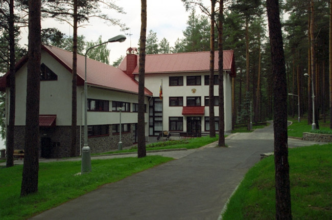 &lt;p&gt;Карельская резиденция стала широко известна в стране как излюбленное место отдыха первого президента России Бориса Ельцина. Через 11 лет после его отставки, в апреле 2011 года, эта резиденция была продана Управлением делами президента за 291 млн рублей. Покупателем был гендиректор &amp;laquo;Северстали&amp;raquo;.&lt;/p&gt;<br />