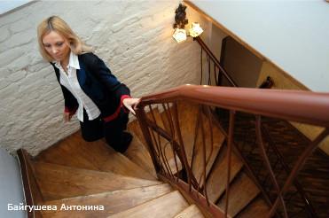 """Мини-отель """"Казанская, 5"""" . Девушка, лестница, гостиница."""