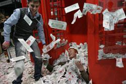 Купаться в деньгах сегодня может себе позволить все меньше людей. Большинство же экономит на всем. Фото: Завражин Константин