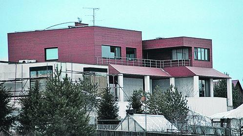 Дом Ивана Урганта. С террасы открывается вид на леса и поля. Теплица на фото - соседская.