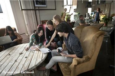 Россия. Санкт-Петербург. Хостел в Лофт проекте Этажи. Молодые люди общаются в общей комнате.<br />