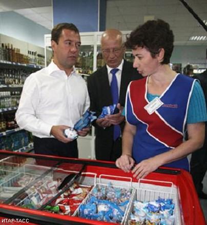 Медведев купил мороженого в оренбургском магазине