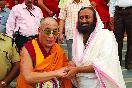 Шри Шри Рави Шанкар с Далай Ламой XIV<br />                 (Фото: Ssravishankar)