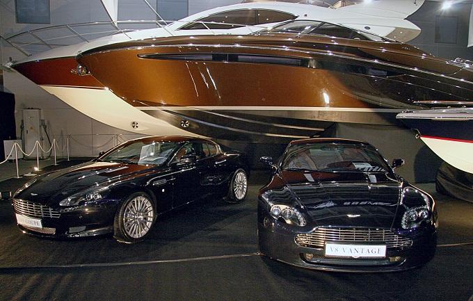 Выставка Millionaire Fair. Два бентли и  катер.