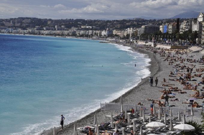 Вид на побережье Средиземного моря в Ницце.