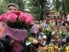 &lt;p&gt;По словам исполнительного директора салона Flowers Fusion Людмилы Амельхиной, 31 августа и 1 сентября выручка флористических салонов увеличивается в среднем в 3 раза. 70% всех покупок составляют небольшие букеты до 2500 рублей. Растут продажи горшочных растений. &amp;laquo;До кризиса выручка увеличивалась в 4 раза: многие родители могли позволить себе цветы достойного качества. Но в 2010 году салоны понесли убытки: заказали больше цветов, чем смогли продать&amp;raquo;, &amp;mdash; вспоминает Людмила.&lt;/p&gt;<br />