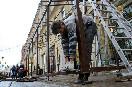 Россия, Санкт-Петербург. Подготовка к летнему сезону. Монтаж летних кафе.<br />                           (Фото: Trend/ Виктория Ламзина)
