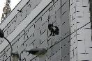 Бизнес-центр River House. Клининговая служба моет фасад здания.<br />                           (Фото: Яковлева Елена)