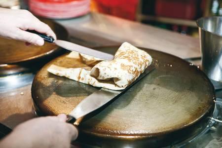 Выпекание блинов по запросу делает посетителя соучастником приготовления еды. Этого нет у иностранных конкурентов, использующих заготовки в приготовлении блюд expert_779_034.jpg Фото: Марк Боярский/ Agency.Photographer.ru