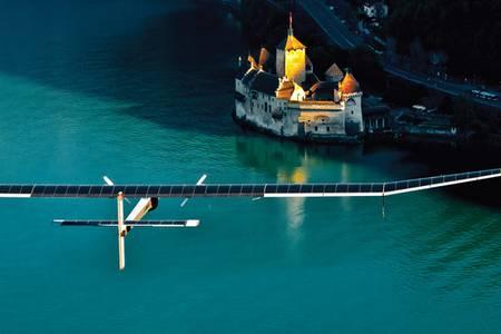 Летающий сегодня самолет Solar Impulse имеет размах крыльев как у аэробуса А340, а весит всего 1600 кг, то есть как семейный автомобиль expert_823_049.jpg Фото: предоставлено компанией Solar Impulse