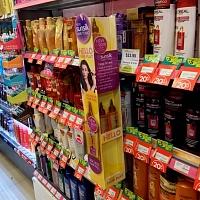 Диспенсер с маслом для волос в секции шампуни