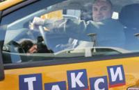 Таксисты должны получить лицензию уже к лету. Видимо, им придется ночевать возле центров выдачи, чтобы не пропустить свою очередь. Фото ИТАР-ТАСС