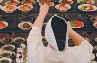 В столовой МГУ часто такое столпотворение, что персонал не успевает обслуживать всех желающих, и, чтобы поесть, надо постоять в очереди минимум минут пять. Фото Вячеслава Прокофьева