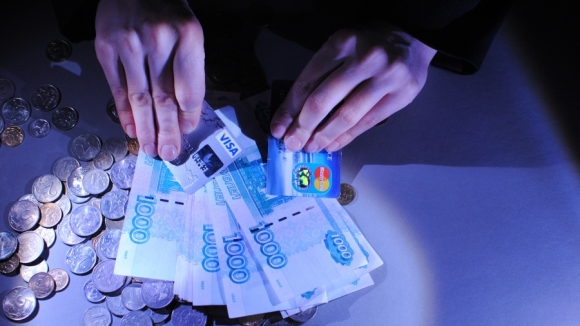 Зарплаты в обязательном порядке переведут на безнал